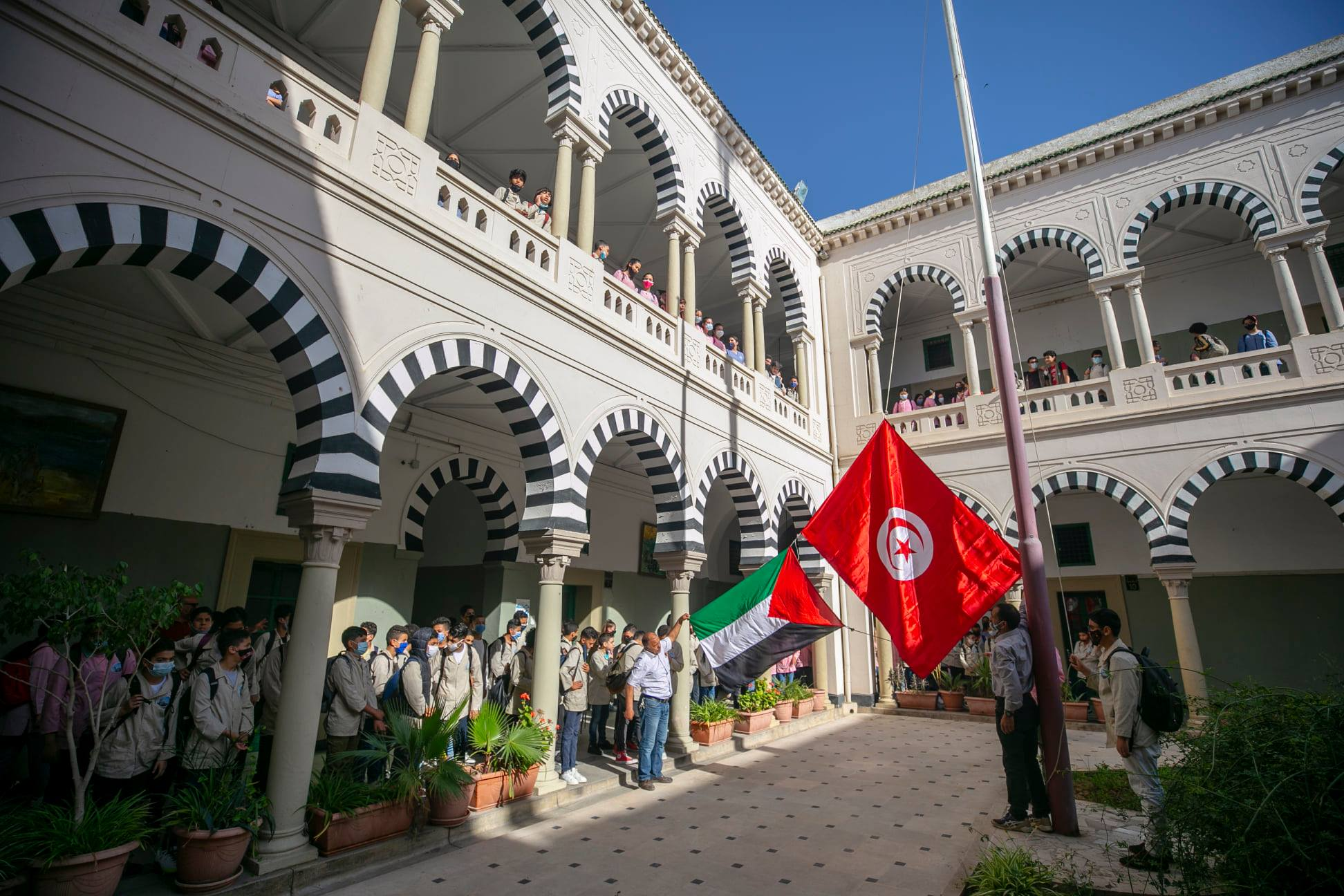 Le drapeau palestinien a été hissé avec le drapeau tunisien par les élèves de l'école Sadiki