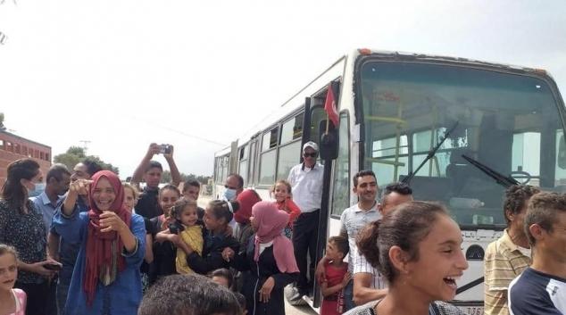 النفيضة : استقبال تلاميذ وأهالي منطقة أولاد بالهادي الحافلة المدرسية بالزغاريد (فيديو)